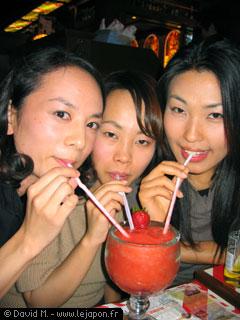 Trois jolies jeunes femmes asiatiques