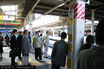 les gens qui attendent le métro