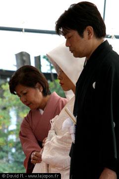 Les mariés japonais en kimonos