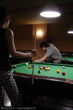 Japonais et japonaise jouant au billard