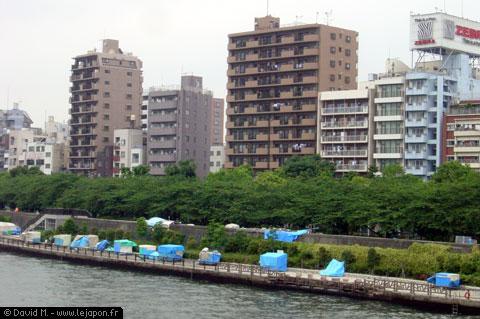 Cabanes de SDF japonais avec bâches bleues au bord du canal - Asakusa Tokyo