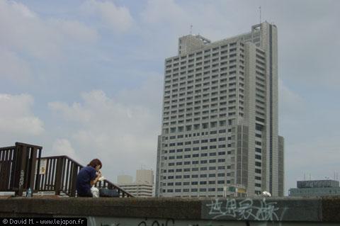 japonaise manageant un sandwich au bord ud canal - Asakusa Tokyo
