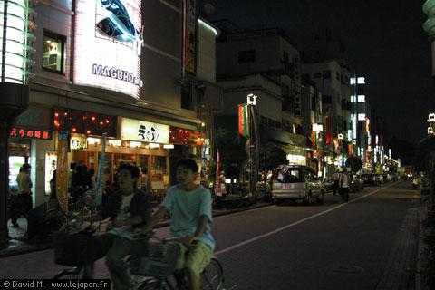 Le quartier d'Asakusa la nuit à Tokyo
