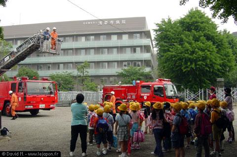 Démonstration de la grande échelle des pompiers aux petits écolier japonais près du temple d'Asakusa Tokyo