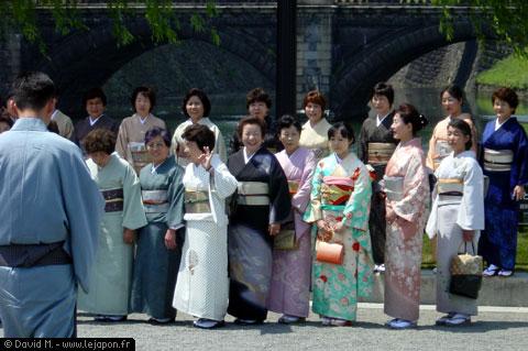 Femmes en kimono posant pour la photo devant le Palais Impérial de Tokyo