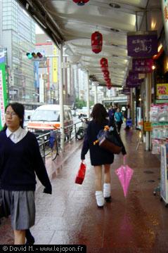 Collégienne japonaise en chaussettes longue et parapluie rose
