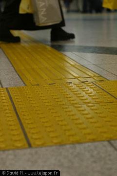 marquage sensitifs au sol pour guider les aveugles