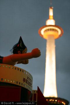 Astro le robot avec la Kyoto Tower en fond