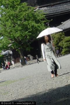 Japonaise avec une ombrelle au temple Higashi Honganji de Kyoto