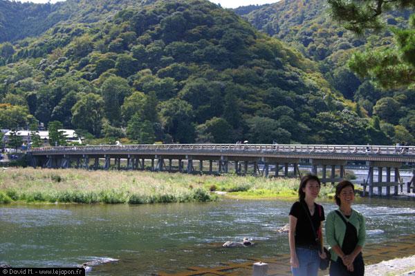 2 japonaise posant devant le pont Togetsu-Kyo à Kyoto