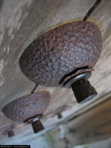 Des rivets en métal de temple, très étranges...