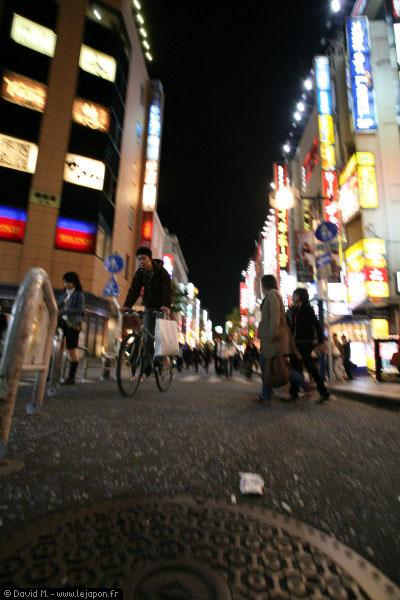 Cycliste le soir dans une rue de Yokohama
