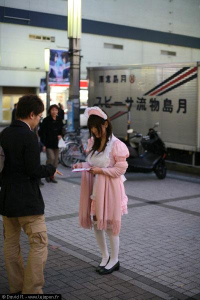Un salaryman qui signale à une jeune japonaise que sa jupe est un peu courte... mais finalement ça ne le dérange pas tant que ça... pervers !