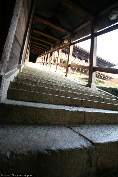 Le fameu escalier du temple Tôdai-ji à Nara - Japon