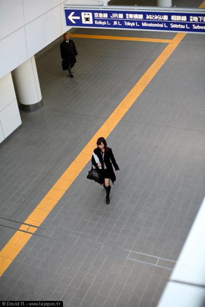 Une japonaise et un japonais séparés par une ligne jaune