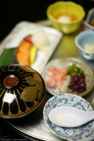 Petit déjeuner traditionnel japonais au Ryokan