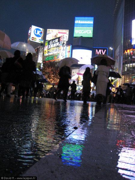 Shibuya la nuit sous la pluie à Tokyo - Japon