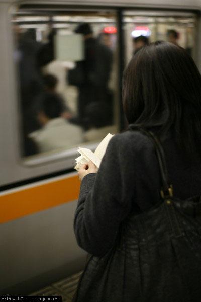 Lectrice japonaise dans le métro en direction d'Asakusa