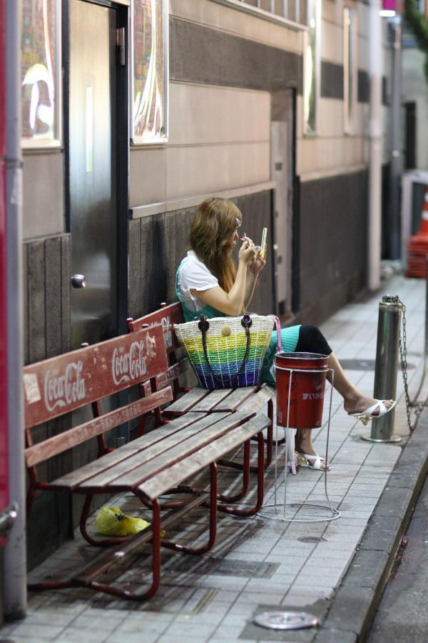 Japonaise se maquillant dans une impasse de Yokohama
