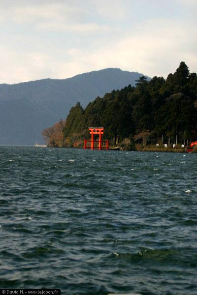 Lac Ashinoko et son portique rouge dans l'eau, avec normalement le Fujiyama en fond