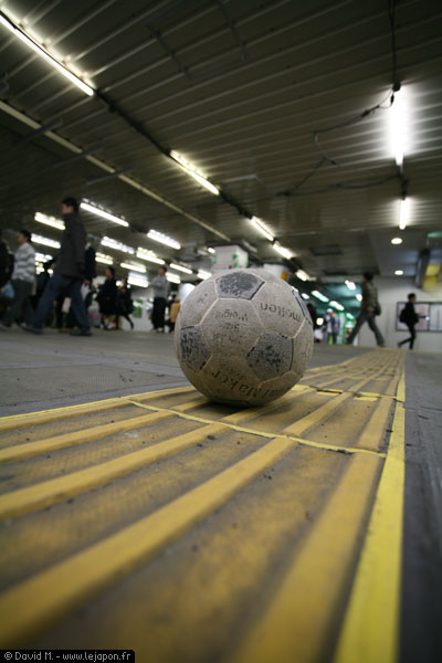 Football en plein station de Yokohama - Japon
