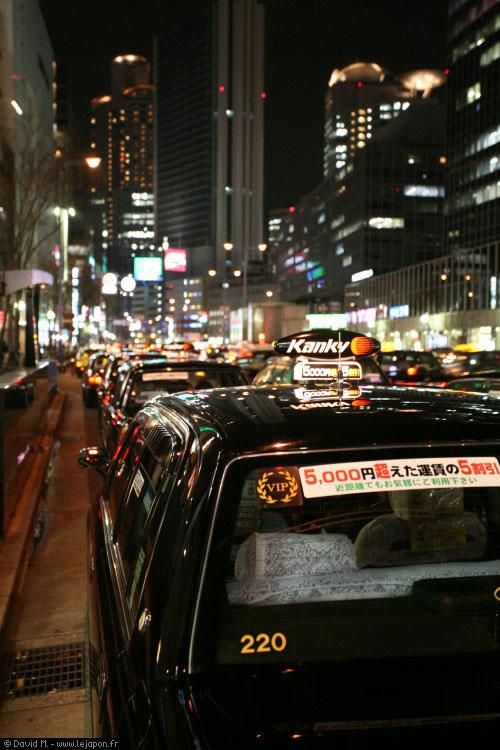 Armée de Taxis à Osaka station attendant les salaryman saoul
