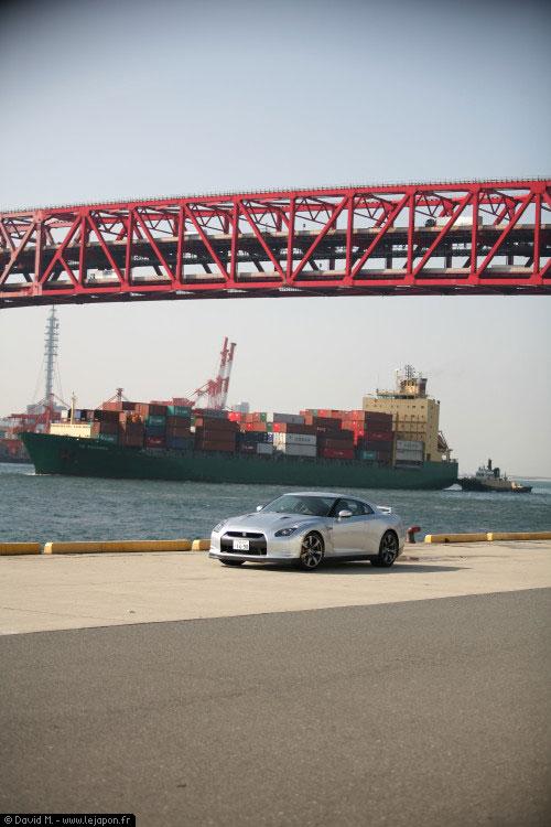 Séance photo pour le test de la nouvelle Nissan Skyline GTR sur un port d'Osaka au Japon