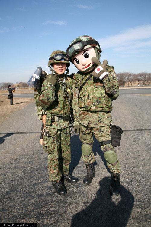 L'armée japonaise, c'est Peace and Love! Ou le pays merveilleux de Disney...