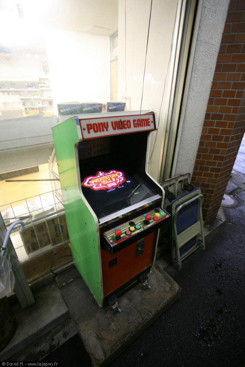 Vieille borne d'arcade Pony Video Game en fonctionnement au coin d'une rue japonaise