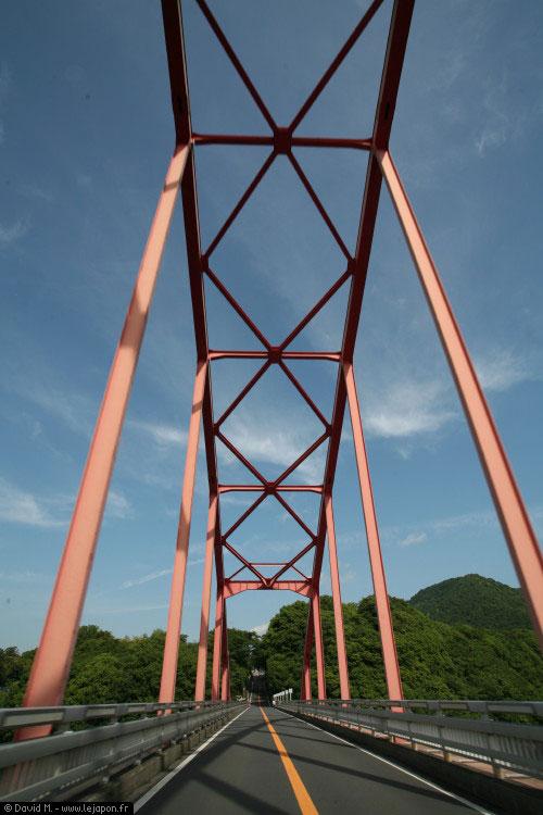 Route et pont vers Takao au Japon