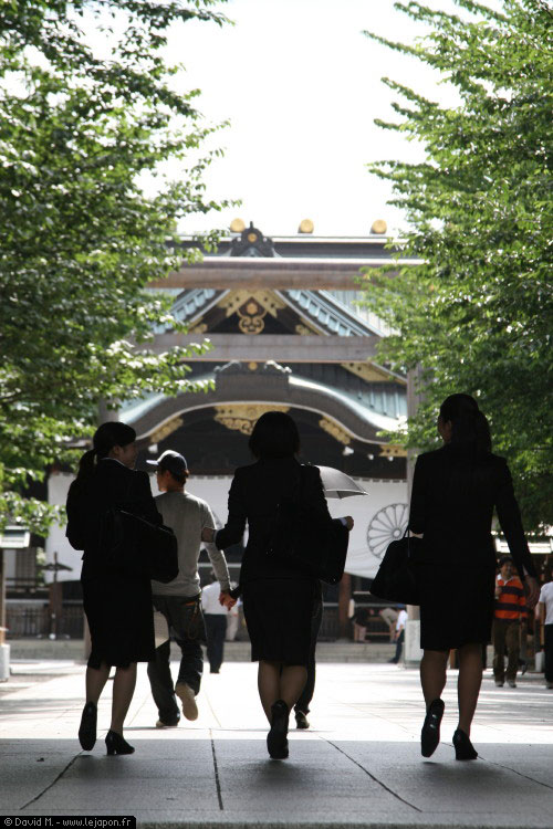 3 salarywoman au temple/sanctuaire Yasukuni