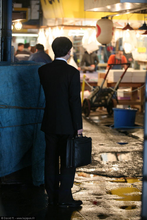 Salaryman perdu à Tsukiji Fish Market