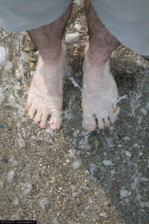Les pieds dans l'océan Pacifique sur une côte japonaise près d'Osaka