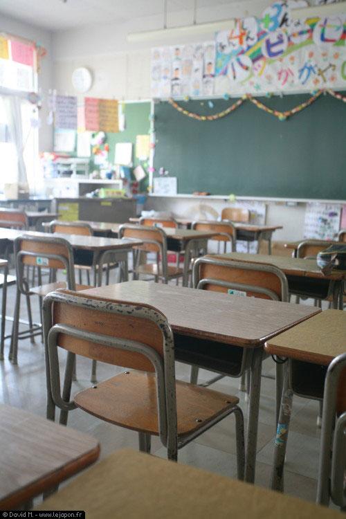 Bureau d'écolier japonais dans une classe d'école primaire au Japon