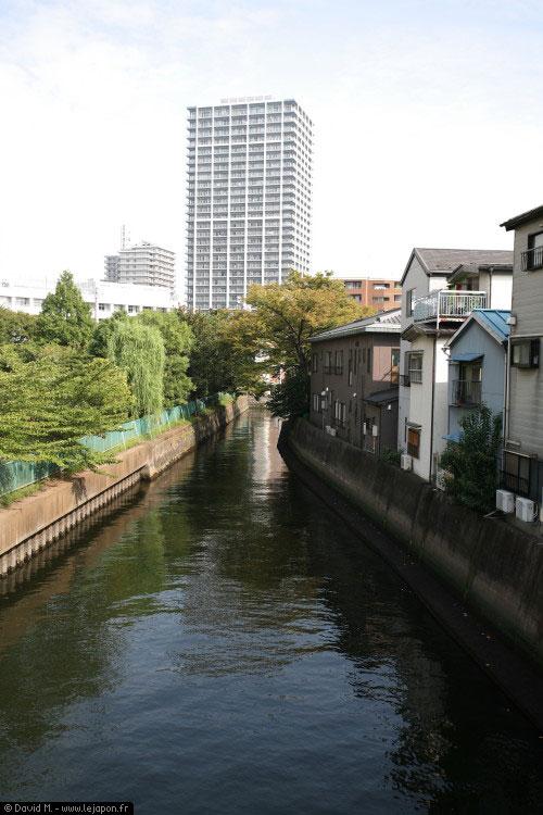 Canal longeant Tsukudajima à Tokyo
