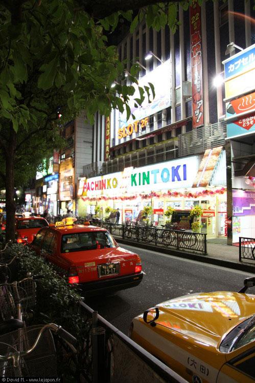 Taxis devant un Pachinko d'Omori à Tokyo