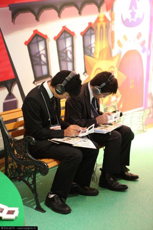Joueurs de jeu vidéos japonais en costume de salaryman
