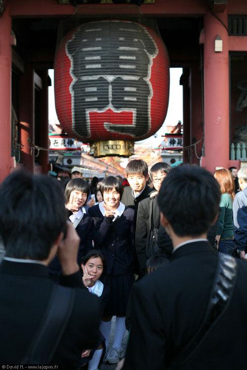 Collégiens se prenant en photo devant le grand lampion de Sensoji