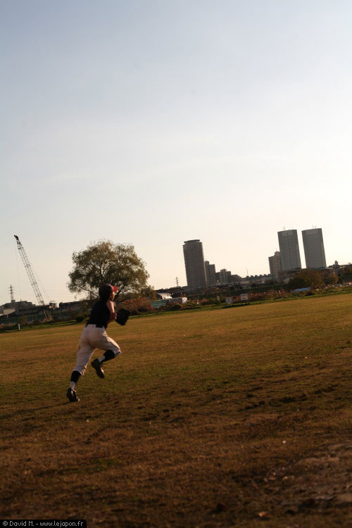 Jeune japonais pendant un entrainement de baseball