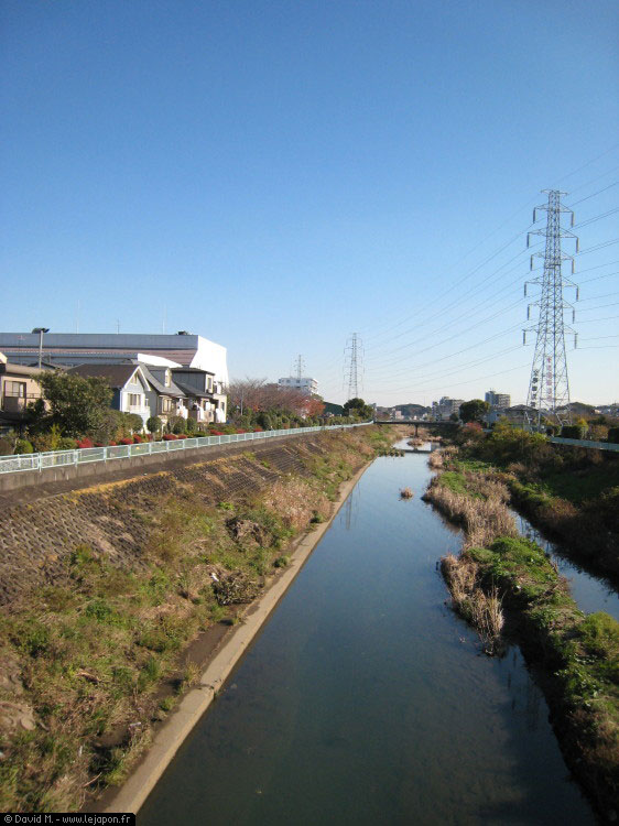 Canal au milieu des maisons à Yokohama