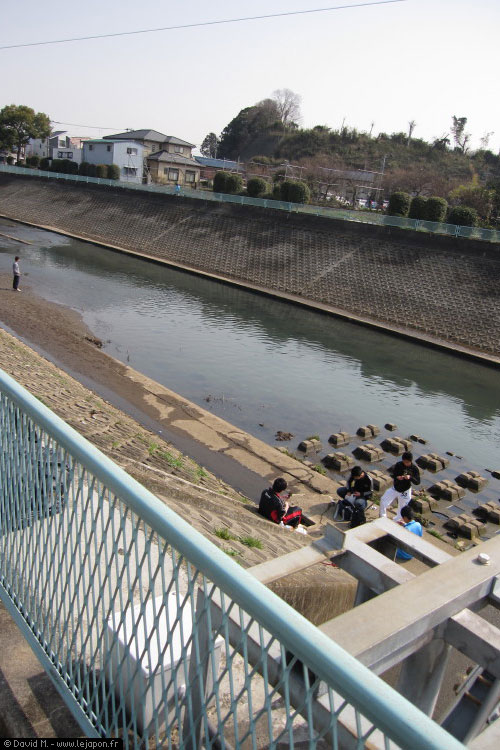 Jeunes japonais jouant au bord du canal