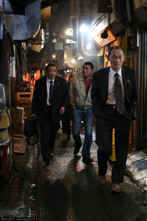 Salaryman dans une ruelle de Shinjuku à Tokyo