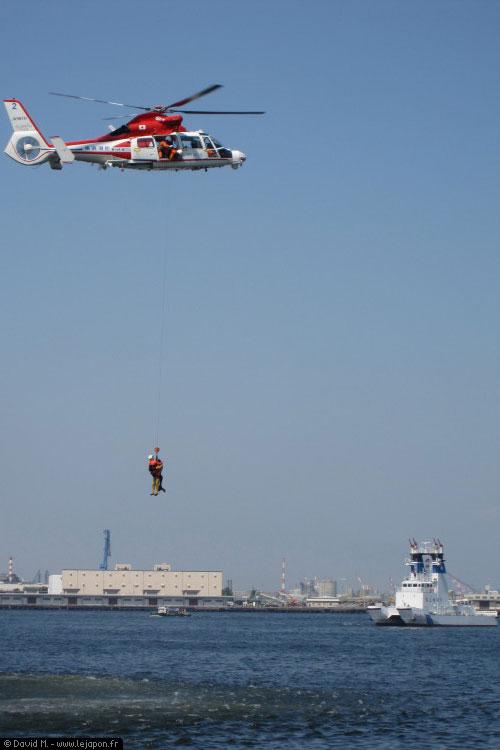 Sauvetage en mer par les pompiers japonais à Yokohama