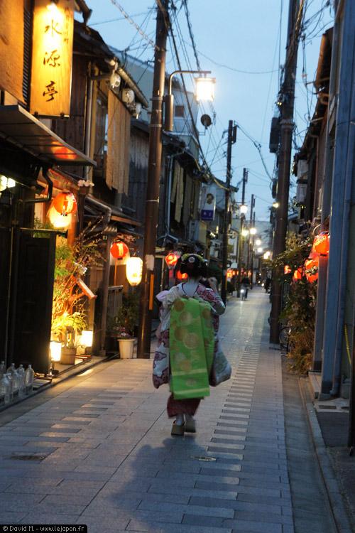 Maiko dans les rues de Gion à Kyoto