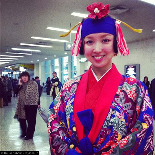 Japonaise en habit traditionnel d'Okinawa