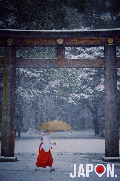 Miko japonaise prêtresse shinto sous la neige à Tokyo