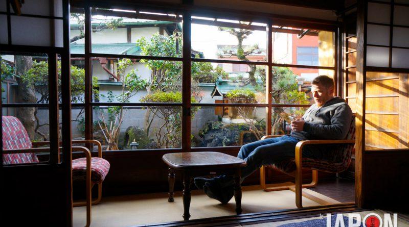 Angelo prépare le Road Trip autour du Fuji san avant de quitter le ryokan