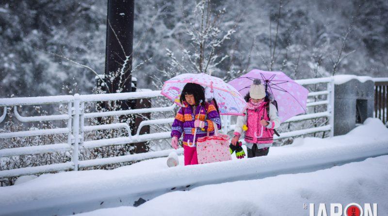 Ecoliers japonais sous la neige à Minakami Japon