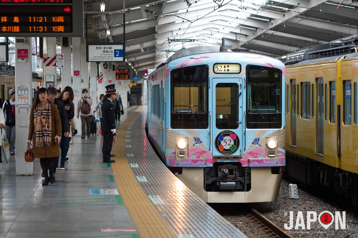 """Le train """"52 seats of happiness"""" en gare à Tokyo Ikebukuro pour ensuite aller à Chichibu"""